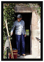 46E5624 Old man in doorway-Bulnes